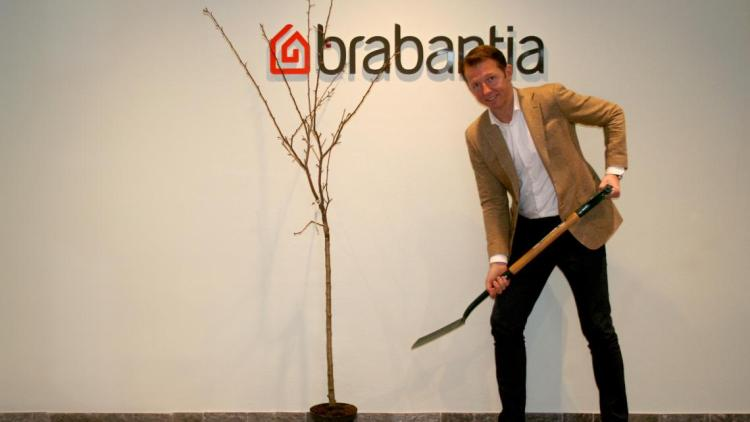 WeForest_Tijn van Elderen plant een boom.